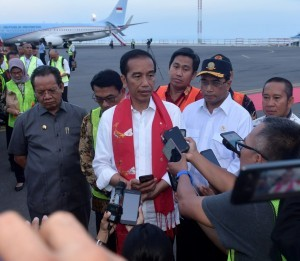 President Jokowi answers questions from the journalists during his visit to Luwuk Subdistrict, Banggai Regency, Central Sulawesi, Sunday (23/12). Photo by: Presidential Secretariat.