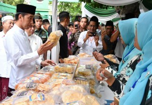 President Jokowi visits a food stall during the inauguration of Micro Waqf Banks at Mamba'ul Ma'arif Denanyar, Jombang, East Java (18/12). Photo by: BPMI