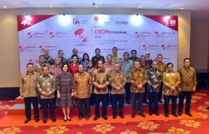 President Jokowi poses for a group photo with participants of the 2018 CEO Networking in Jakarta, Monday (3/12). Photo by: JAY/PR)