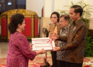President Jokowi, accompanied by Vice President Jusuf Kalla and Minister of Finance, hands over the Budget Implementation List (DIPA) to Minister of Health at the State Palace, Jakarta, Tuesday (11/12). Photo by: Rahmat/PR.