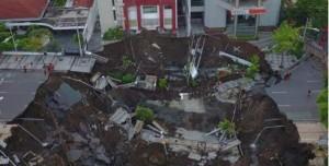 Foto tanah ambles di Surabaya. (Foto: IST)