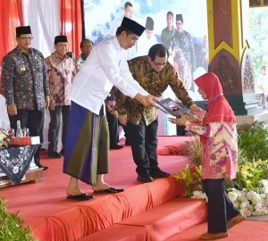 President Jokowi hands over land certificates in Bangkalan, Wednesday (19/12). Photo by: BPMI.