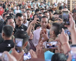 President Jokowi takes self portrait with participants of Evaluation of Development Policy and Empowerment of Village Communities, at Makassar, South Sulawesi, Saturday (22/12). (Photo: Presidential Secretariat)