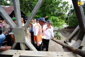 Minister of Public Works and Public Housing Basuki Hadimuljono inspects Batang Kalu Bridge in 2×11 District, Padang Pariaman, West Sumatra. (Photo by: Ministry of Public Works and Public Housing)