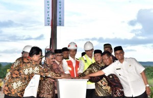 President Jokowi and several high-ranking officials press the siren button to mark the groundbreaking of Banda Aceh-Sigli toll road in Aceh Besar Friday (14/12). Photo by: BPMI.
