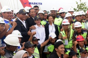 President Jokowi, accompanied by First Lady Ibu Iriana Joko Widodo and Minister of State-Owned Enterprises, takes a photo with workers of Trans Java project in Semarang, Central Java, Thursday (20/12). Photo by: OJI/PR.