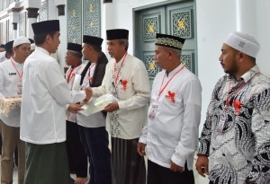 President Jokowi hands over waqf land certificates at the Baiturrahman Mosque, Banda Aceh, Friday (14/12). Photo by: BPMI.