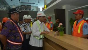 Menhub saat meninjau pelabuhan Tanjung Emas Semarang, Jumat (7/12). (Foto: Kemenhub)