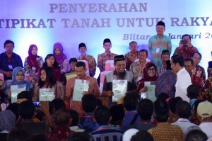 President Jokowi hands over 2,500 land certificates to residents in Blitar, East Java Province, Thursday (3/1). (Photo: OJI/PR)