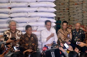 President Jokowi accompanied by a number of high ranking officials responds to reporters' questions after inspecting the National Logistics Agency (Bulog) warehouse in Kelapa Gading, Jakarta, Thursday (10/1). (Photo by: Agung/ PR Division)
