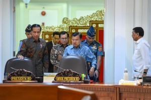 President Jokowi accompanied by VP Jusuf Kalla and Cabinet Secretary Pramono Anung enters a meeting room, at Presidential Office, Jakarta, Monday (14/1). (Photo by: Agung/ PR Division)
