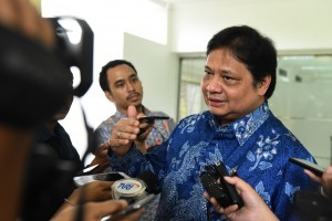 Minister of Industry Airlangga Hartarto responds to reporters' questions after a limited meeting, at Presidential Office, Jakarta, Monday (14/1). (Photo by: Jay/ PR Division)