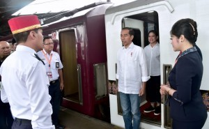 President Jokowi receives report from the train engineer before heading to Garut, West Java, Friday (18/1). (Photo by: Presidential Secretariat)