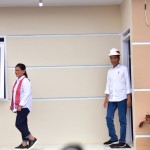 President Jokowi and First Lady Ibu Iriana inspect a show house of Garut Barber Shop Community (PPRG) housing, in Garut, West Java, Saturday (19/1).  (Photo by: Deny S/ PR Division)
