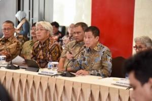 Menteri ESDM Ignasius Jonan menyampaikan keterangan kepada media di Kantor Kementerian ESDM, Jakarta, Jumat (4/1). (Foto: Kementerian ESDM)
