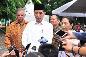 President Jokowi responds to reporters' questions after inspecting Mekaar program, at Bekasi City Square, West Java, Friday (25/1). (Photo by : Jay/PR Division)