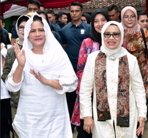 First Lady Iriana and the spouse of Vice President, Mufidah Jusuf Kalla during a dissemination in Banyuwangi, East Java, Monday (28/1). (Photo by : Secretariat of the President)