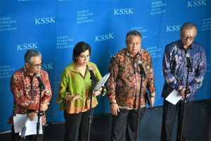 Finance Minister Sri Mulyani accompanied by Bank Indonesia Governor, OJK Chairman, and LPS Commissioner Board Chairman in a press release at Juanda Building of Ministry of Finance, Jakarta, Tuesday (29/1). (Photo by : Ministry of Finance PR Division)