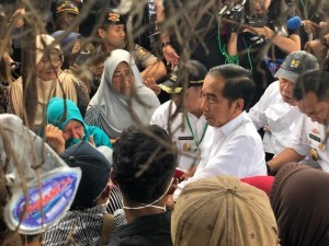 President Jokowi engages in conversation with residents affected by Sunda Strait tsunami, in Rajabasa, South Lampung, Wednesday (2/1). (Photo by: Presidential Secretariat)