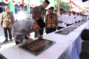 Minister of Religious Affairs Lukman Saifuddin inaugurates One-stop Integrated Service (PTSP) of the Ministry's Central Java Regional Office, in Semarang, Monday (31/12). (Photo by: Ministry of Religious Affairs)