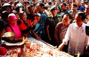 President Jokowi buys chicken meat during his impromptu visit to Ngemplak Market, Tulungagung, East Java, Friday (4/1). (Photo by: Oji/ PR Division)