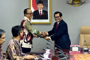 Cabinet Secretary Pramono Anung hands over DIPA 2019 to Deputy Cabinet Secretary for Administrative Affairs Farid Utomo, at Building III of Ministry of State Secretariat, Jakarta, Wednesday (9/1) morning. (Photo by: Agung/ PR Division)