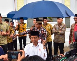 Presiden Jokowi menjawab wartawan soal pembebasan Abu Bakar Baasyir, di Ponpes Darul Arqam Muhammadiyah, Ngamplangsari, Kec. Cilawu, Garut, Jumat (18/1) sore. (Foto: Humas/Deni)