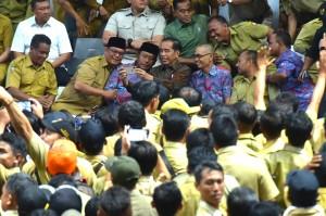 Presiden Jokowi berfoto bersama perangkat desa saat dilaturahim, di Istora Gelora Bung Karno, Jakarta, Senin (14/1) siang. (Foto: Rahmat/Humas)