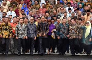 Presiden Jokowi bersama Menteri Kelautan dan Perikanan berjalan bersama perwakilan nelayan di halaman Istana Negara, Jakarta, Selasa (22/1) siang. (Foto: Rahmat/Hums)