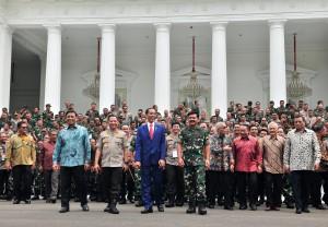 Presiden Jokowi didampingi Menko Polhukam, Panglima TNI, dan Kapolri, berjalan bersama peserta Rapim TNI-Polri, di halaman Istana Merdeka, Jakarta, Selasa (29/1) siang. (Foto: JAY/Humas)