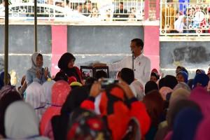 Presiden Jokowi berdialog dengan peserta program Mekaar, di Alun-Alun Cobatu, Kab. Garut, Jabar, Jumat (18/1) siang. (Foto: Deny S/Humas)