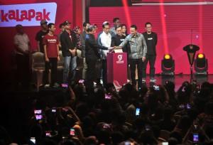 Presiden Jokowi didampingi sejumlah pejabat dan CEO Bukalapak memencet tombol peluncuran Mitra Bukalapak, di Hall B Jakarta Convention Center, Senayan, Jakarta Pusat, Kamis (10/1) malam. (Foto: JAY/Humas)