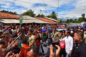 Presiden Jokowi disambut antusias masyarakat saat berkunjung ke Stasiun KA Cibatu, Garut, Jabar, Jumat (18/1) siang. (Foto: Deny S/Humas)