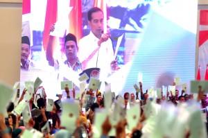 Presiden Jokowi menghadiri acara penyerahan 3.500 sertifikat hak atas tanah, di Jababeka Convention Center, Cikarang Utara, Kabupaten Bekasi, Jawa Barat, Jumat (25/1) sore. (Foto: Rahmat/Humas)