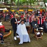 First Lady Ibu Iriana Joko Widodo accompanies President Jokowi during a mass hair-cutting event at Situ Begendit, Garut, West Java, Saturday (19/1). Photo by: Deny S/Humas.