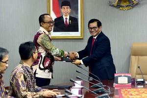 Sesab Pramono Anung menyerahkan DIPA 2019 kepada Deputi Seskab bidang Administrasi Farid Utomo, di ruang rapat lantai II Gedung III Kemensetneg, Jakarta, Rabu (9/1) siang. (Foto: AGUNG/Humas)