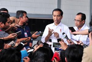Presiden Jokowi menjawab pertanyaan wartawan usai menghadiri acara Silaturahmi dengan Pengemudi Online di JI Expo, Kemayoran, Jakarta, Sabtu (12/1). (Foto: Humas/Jay)