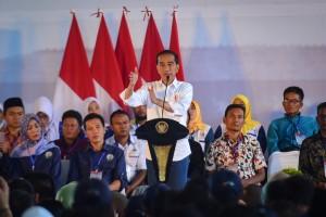 Presiden Jokowi memberikan arahan pada Evaluasi Kebijakan Pembangunan dan Pemberdayaan Masyarakat Desa di Gedung Sarana Olah Raga (SOR) Ciateul, Jln. Proklamasi, Kabupaten Garut, Jawa Barat, Sabtu (19/1) siang. (Foto: AGUNG/Humas)
