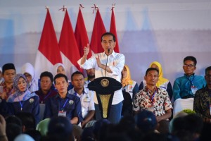 President Jokowi gives instruction on the Evaluation of Development Policy and Empowerment of Village Communities in Garut Regency, West Java province, Saturday (19/1). (Photo: Agung/PR)