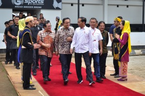 Presiden Jokowi didampingi Seskab, Gubernur DKI, dan Ketua DPRD DKI Jakarta, menghadiri penyerahan 3.000 sertifikat hak atas tanah, di Lapangan Bola Arcici, Rawasari, Cempaka Putih, Jakpus, Sabtu (26/1) siang. (Foto: AGUNG/Humas)