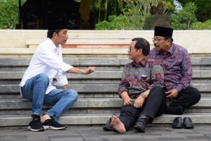 President Jokowi together with Cabinet Secretary Pramono Anung and East Java Governor Soekarwo after visiting Bung Karno's grave, Blitar, East Java, Thursday (1/3). (Photo by: Oji/Public Relations Division)