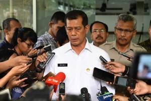 Kepala BNPB Letjen TNI Doni Monardo menjawab wartawai usai mengikuti rapat terbatas, di Kantor Presiden, Jakarta, Senin (14/1) sore. (Foto: JAY/Humas)