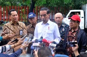 Presiden Jokowi menjawab wartawan usai meninjau Gudang Bulog, di Perum Bulog Divre DKI Jakarta, Kelapa Gading, Jakarta Utara, Kamis (10/1) pagi. (Foto: AGUNG/Humas)