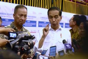 Presiden Jokowi menjawab wartawan usai meluncurkan PKH 2019, di GOR Ciracas, Jakarta Timur, Kamis (10/1) sore. (Foto: OJI/Humas)