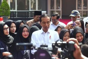 Presiden Jokowi menjawab wartawan usai meresmikan rusun mahasiswa STKIP dan IAIN, di Tulungagung, Jatim, Jumat (4/1) pagi. (Foto: Rahmat/Humas)