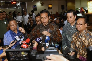Presiden Jokowi menjawab wartawan usai meninjau layanan Online Single Submission, di PTSP BKPM, Jl. Gatot Subroto, Jakarta, Senin (14/1) pagi. (Foto: OJI/Humas)