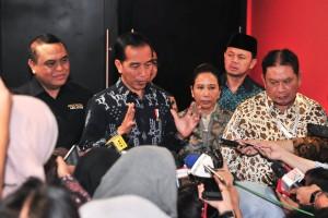 Presiden Jokowi menjawab wartawan usai menghadiri peluncuran Program Wirausaha ASN dan Pensiunan; Sejahtera di Purnatugas, di Sentul, Bogor, Jawa Barat, Rabu (16/1) siang. (Foto: JAY/Humas)