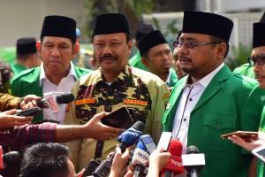 Ketua Umum GP Ansor Yaqut Cholil Qoumas menjawab wartawan usai diterima oleh Presiden Jokowi, di Istana Merdeka, Jakarta, Jumat (11/1) pagi. (Foto: Rahmat/Humas)