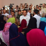 President Jokowi engages in a dialogue with PKH recipients at the Mandala Multipurpose Building, Garut, West Java, Saturday (19/1). Photo by: Deny S/PR.