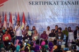 President Jokowi distributes 6,000 land certificates to the people of Garut, West Java, Saturday (19/1). (Photo by: Agung/Public Relations).